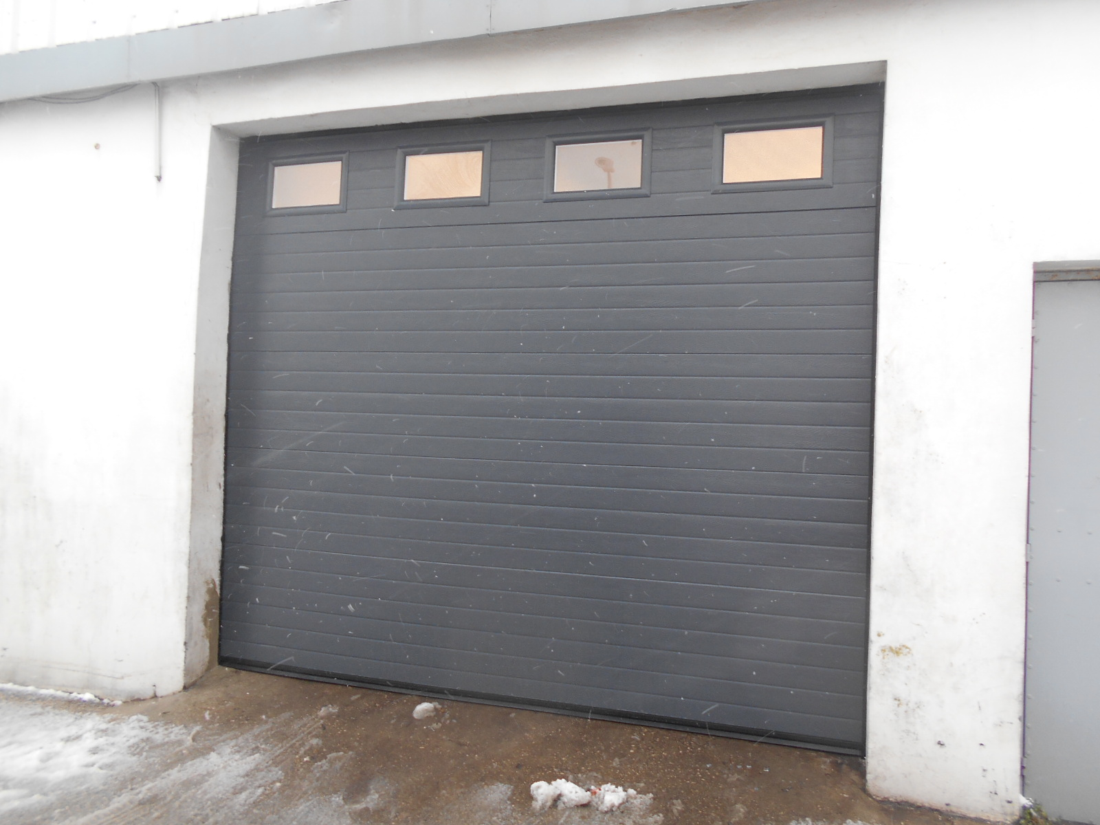 Porte de garage sectionnelle industrielle fermetures louasse - Motorisation porte garage coulissante ...