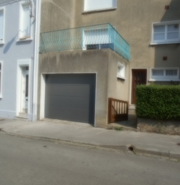 porte de garage sectionnelle grise sans rainure ni veinage