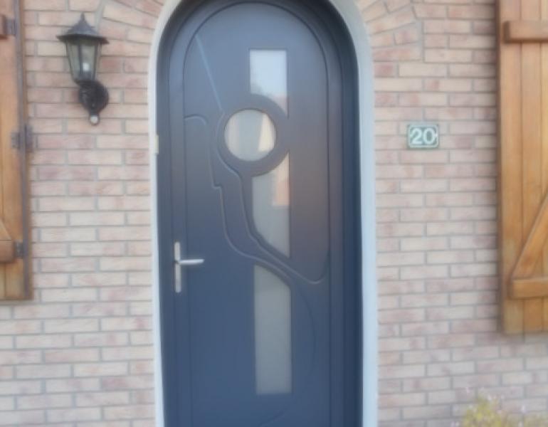 Pose porte d entr e cintr e pvc fermetures louasse - Pose porte entree ...