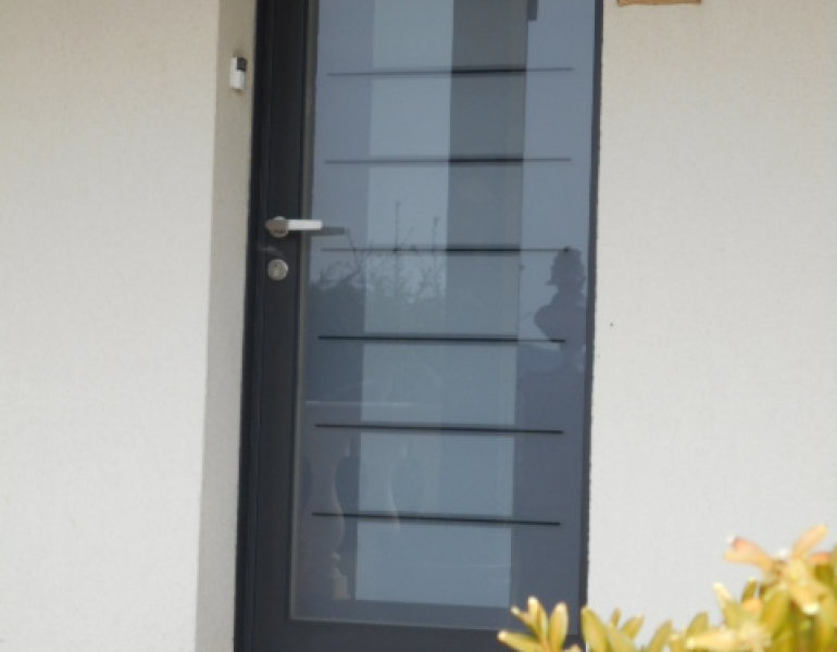 Pose porte d entr e cintr e fermetures louasse for Pose d une porte