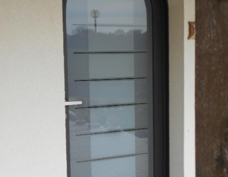 Pose porte d entr e cintr e fermetures louasse for Poser une porte d entree